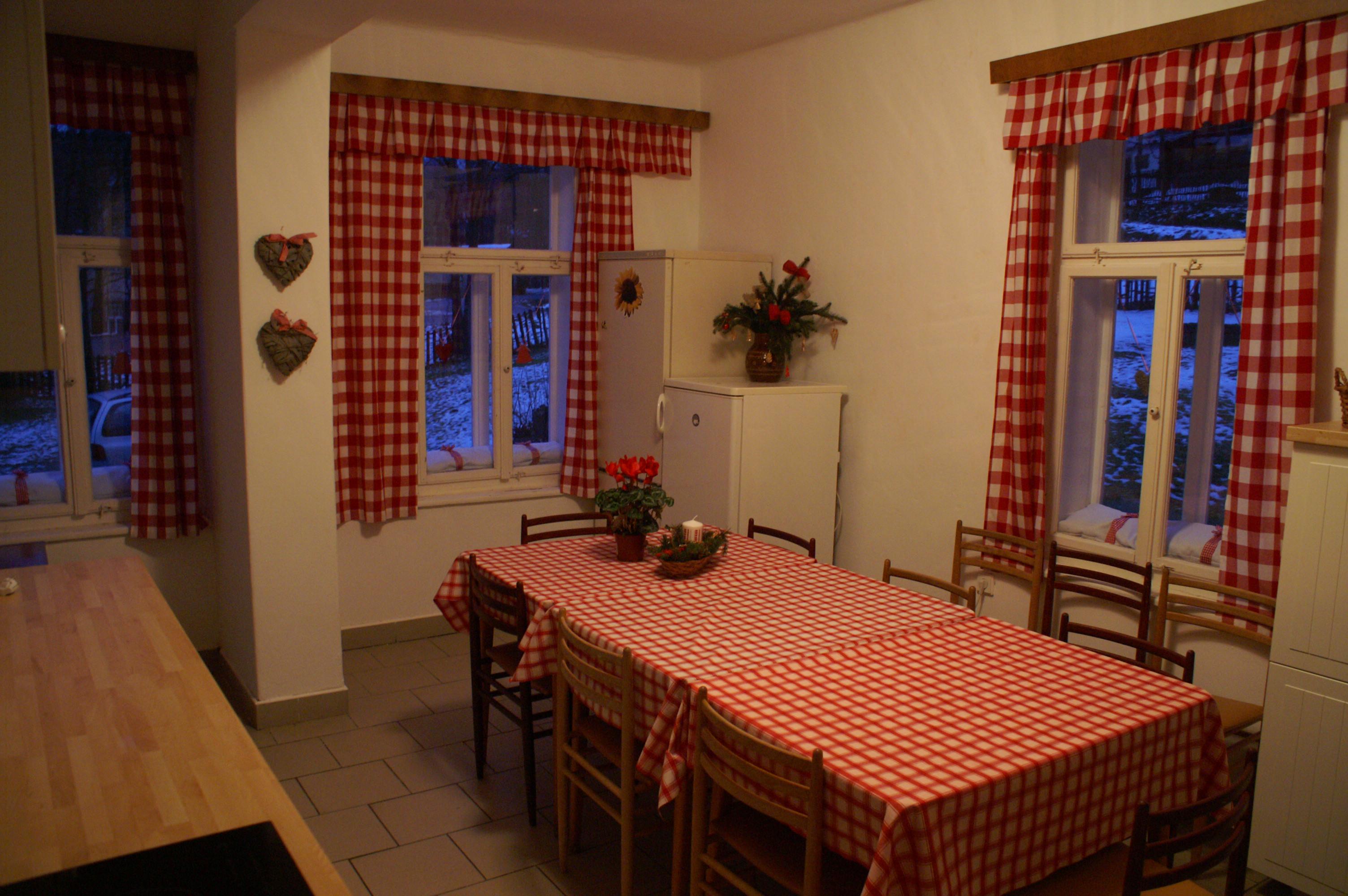 Jídelní stůl v kuchyni s okny